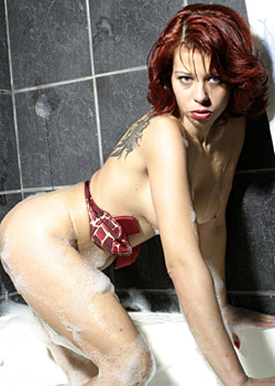 Sexy Frau Franziska nimmt ein heisses Schaumbad 2