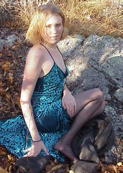 Das blone teen Mädchen Karin sitzt nackt im Wald und zeigt ihre Muschi 1