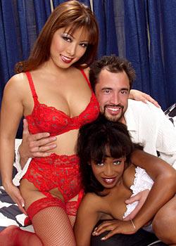 Zwei Mädels und ein Typ sind bereit zum Gruppensex