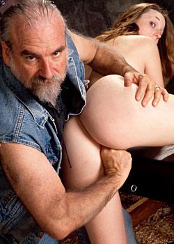 Alter Grossvater schiebt Sekretaerin im Folterkeller den finger in den Arsch