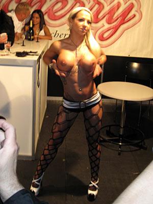 Extasia Basel 2009 Blonder Pornostar in Netzstrümpfen zeigt ihre grossen Silikontitten
